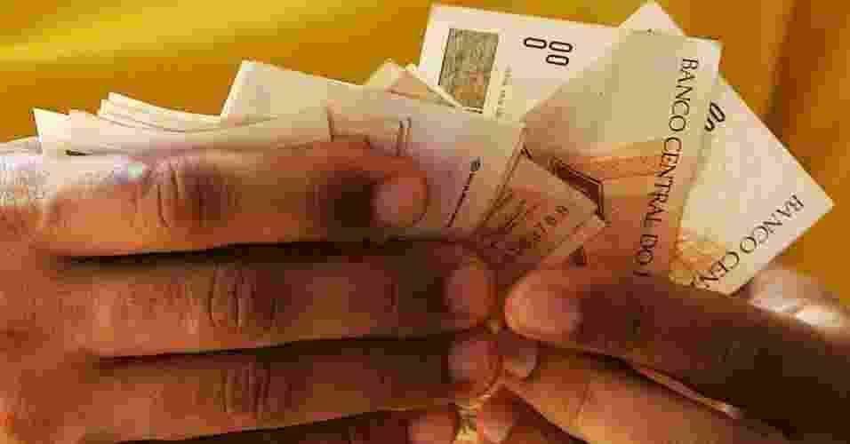 Mídia Indoor, wap: Dinheiro; homem conta dinheiro; grana; salário; gastos; pagamento - Alex Almeida/Folha Imagem
