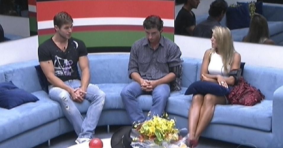"""Na sala, Jonas, Fael e Fabiana esperam pela última eliminação do """"BBB12"""" (27/3/12)"""