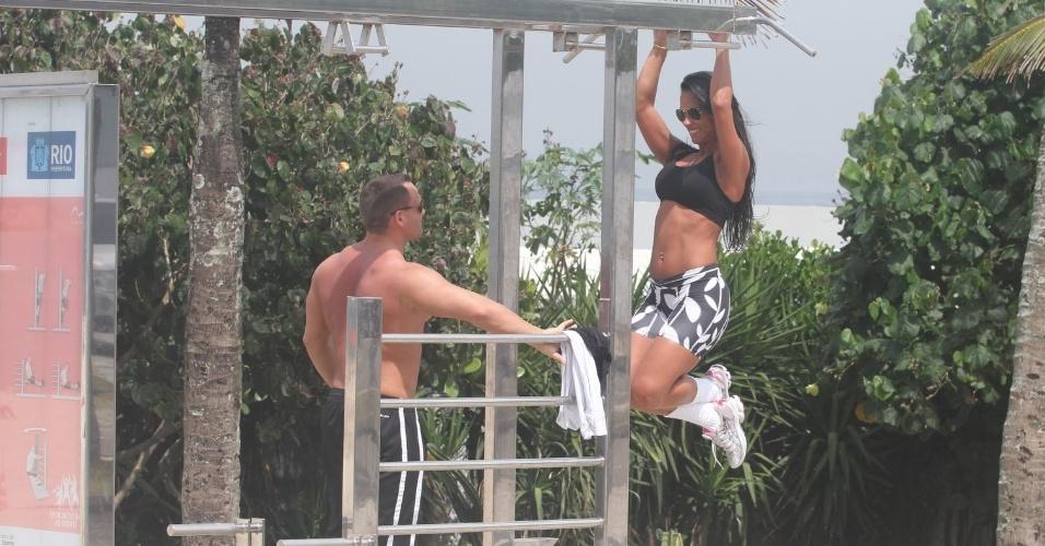 Observada pelo namorado, ex-BBB Kelly faz exercícios na orla da praia da Barra da Tijuca (27/3/12)