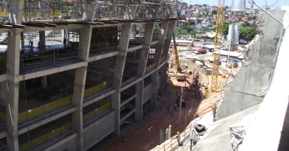 Operários trabalham na fachada da Arena Fonte Nova, na Bahia, que está em obras para a Copa do Mundo