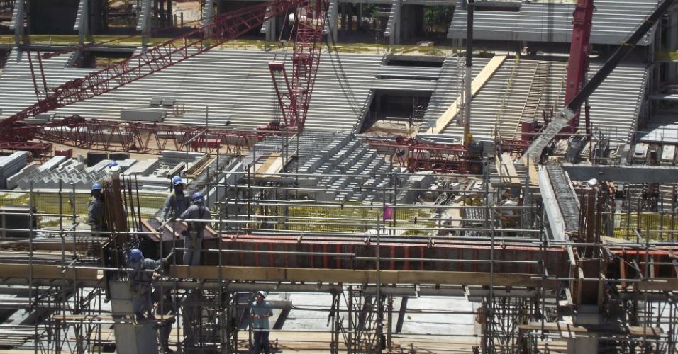Operários trabalham na reforma da Fonte Nova, que será usada na Copa do Mundo de 2014