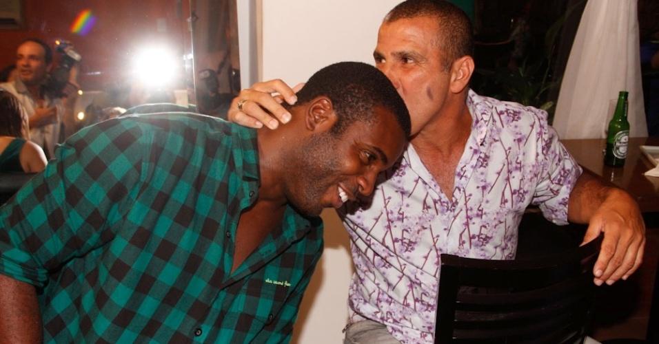 Rafael Zulu e Eri Johnson se divertem na inauguração do restaurante de Caio Castro, em São Paulo (26/3/12)