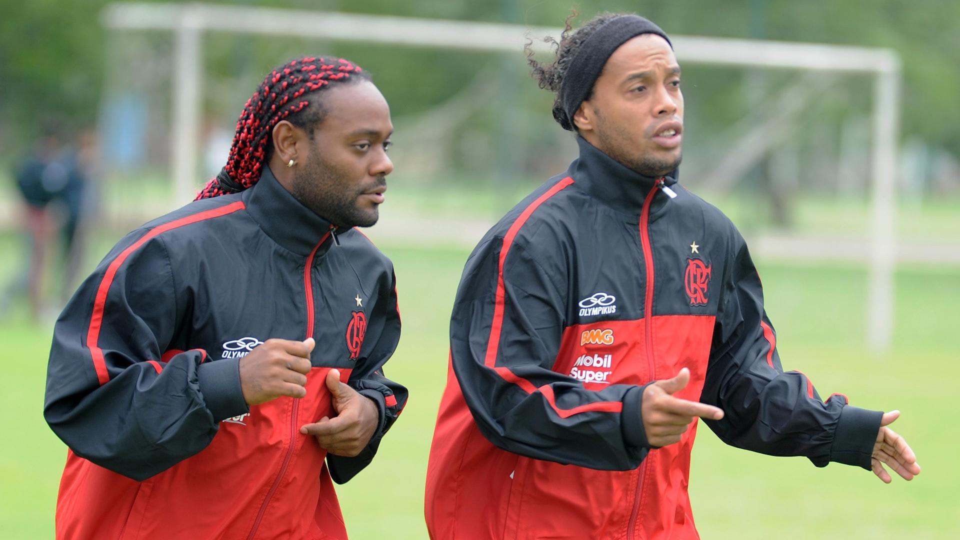 Vagner Love e Ronaldinho Gaúcho encaram frio em treino do Flamengo no Paraguai (27/03/2012)