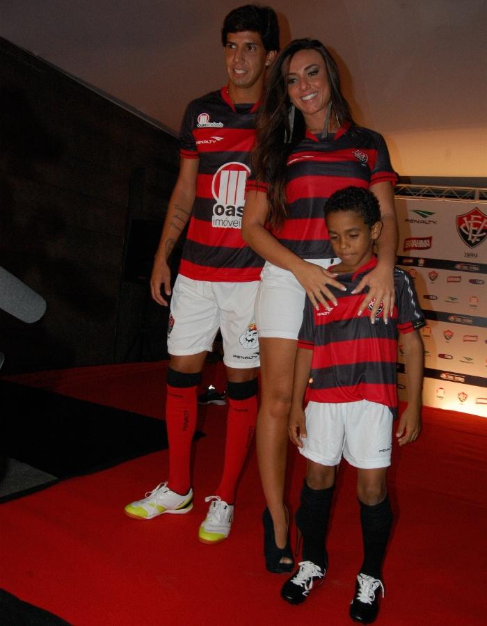 Zagueiro Victor Ramos e a ex-Panicat Nicole Bahls desfilam com o novo uniforme do Vitória (27/03/2012)