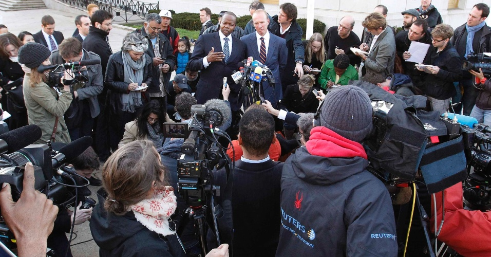 Advogados da camareira Nafissatou Diallo, que acusou o ex-diretor do FMI Dominique Strauss-Kahn de agressão sexual em maio de 2011, concedem coletiva de imprensa em frente a tribunal estadual em Nova York, nos EUA