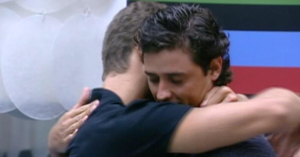 """Antes de deixar a casa, Jonas abraça Fael e diz que ele é seu """"verdadeiro amigo"""" (27/3/12)"""