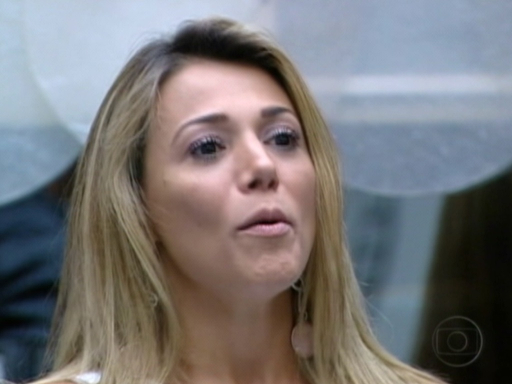 Ao vivo, Fabiana elogiou seu oponente Fael e disse que deveria ganhar o prêmio por ser lutadora (27/3/12)