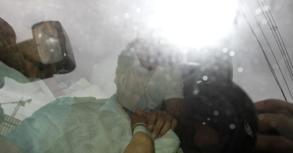 Após dar à luz Dom, Luana Piovani deixa maternidade na zona oeste do Rio (28/3/12)