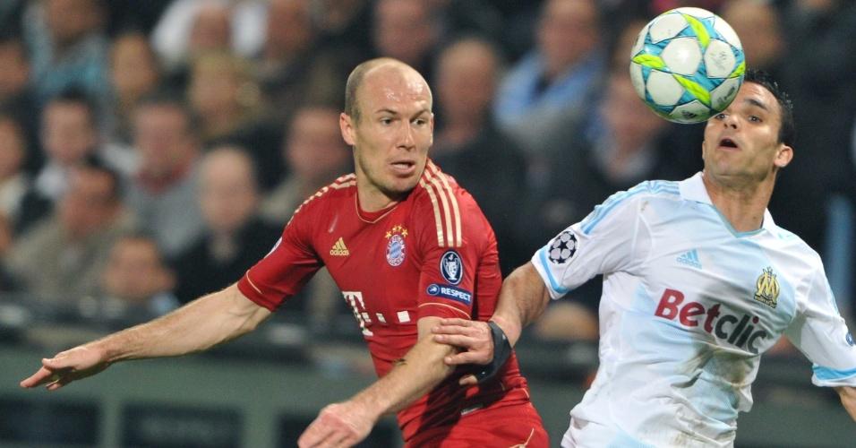 Arjen Robben, do Bayern de Munique, briga pela bola em partida da Liga dos Campeões