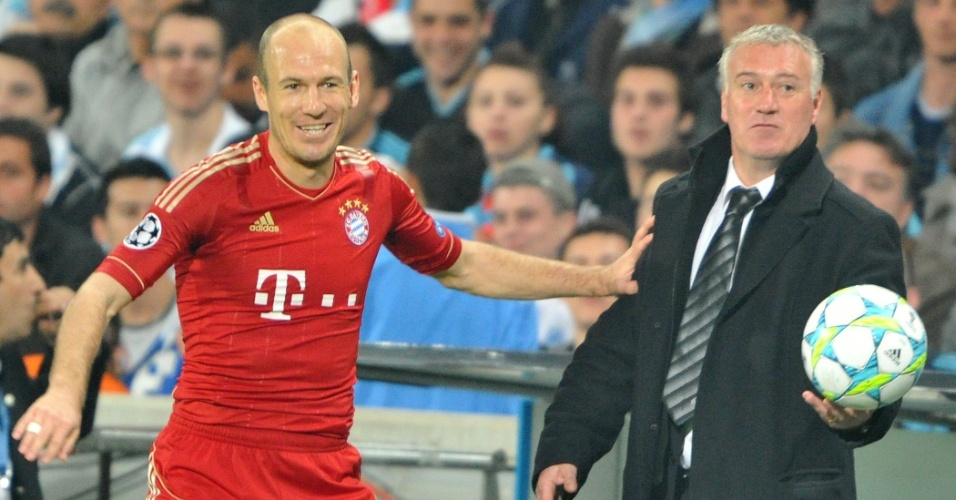 Arjen Robben sorri para o treinador Didier Deschamps, do Olympique, durante jogo do Bayern de Munique