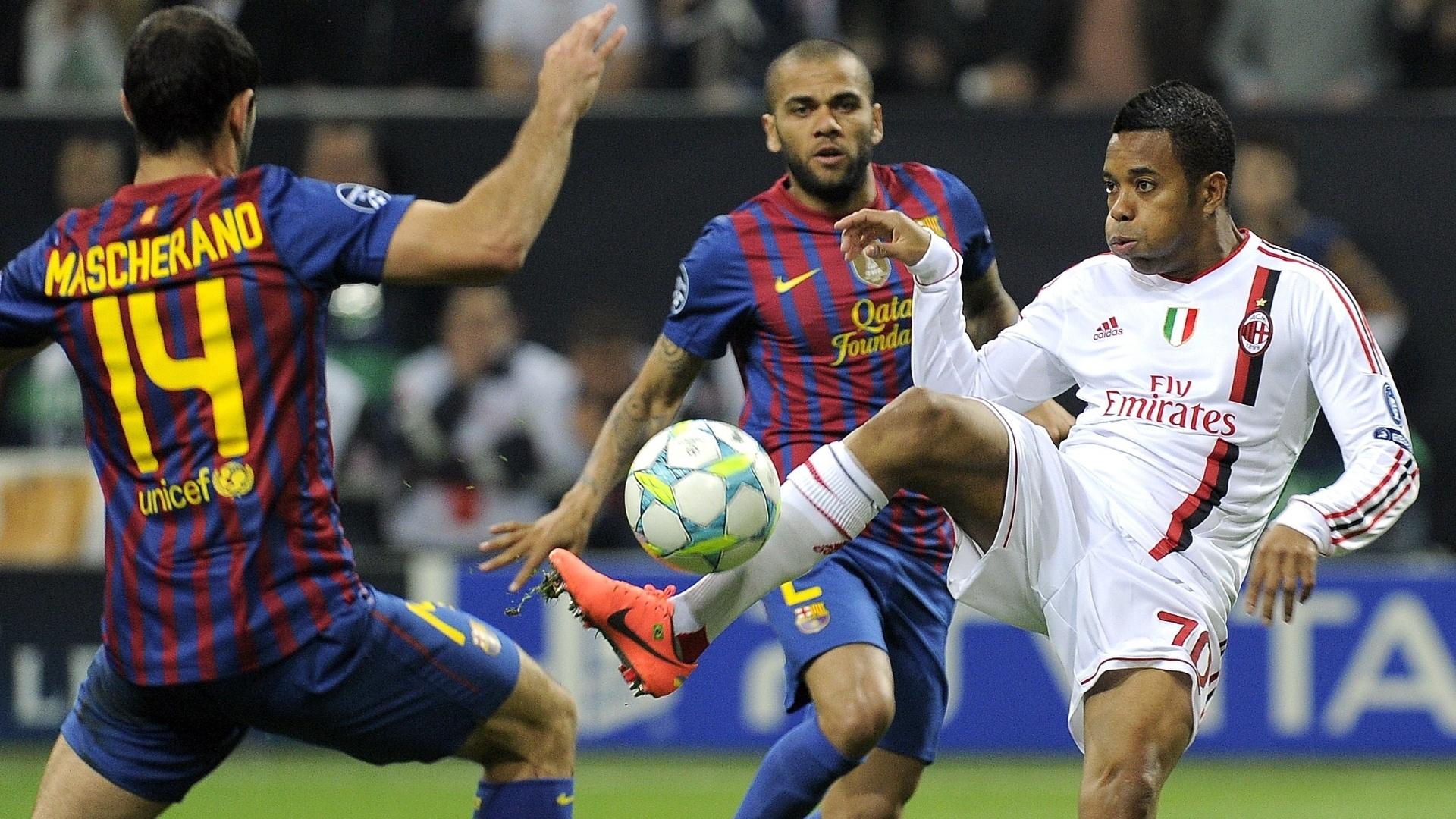 Atacante Robinho domina a bola diante da marcação de Mascherano e Daniel Alves