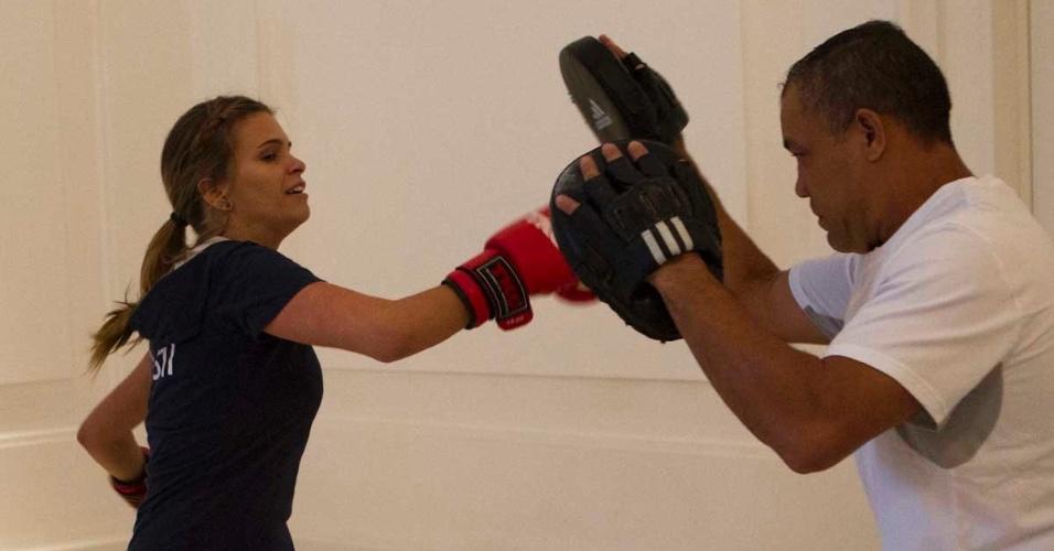 Atleta do hipismo, Luiza Almeida faz treinos de boxe, além de musculação, por conta da preparação física