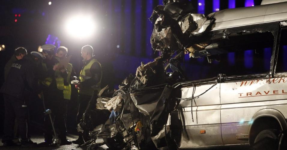 Batida entre um micro-ônibus e um caminhou deixou oito pessoas mortas e outras dez feridas em Przybedza, na Polônia