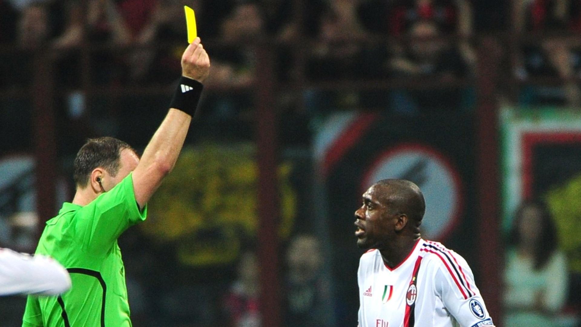 Clarence Seedorf reclama de cartão amarelo para o árbitro de Barcelona x Milan