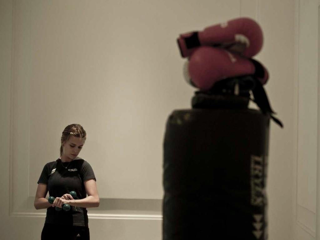 Detalhe do treino de boxe da amazona Luiza Almeida, que mantém a forma com as sequências de socos