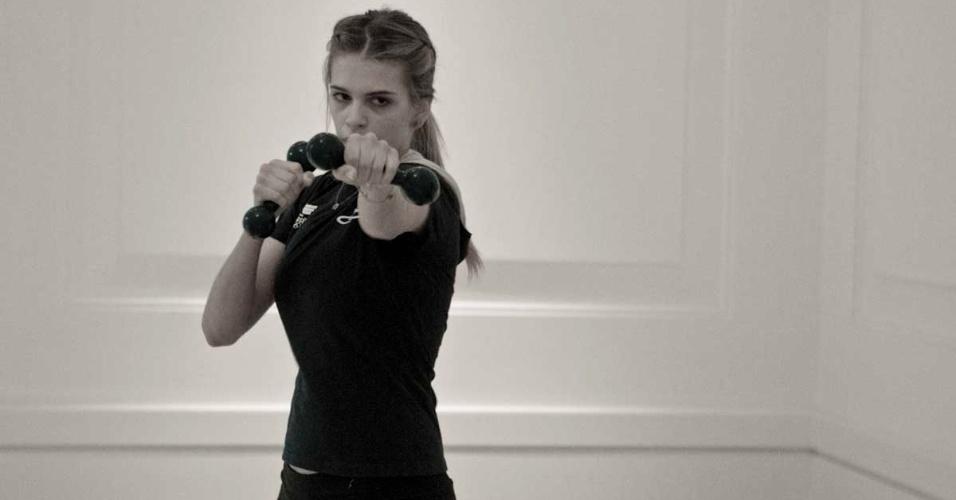 Detalhe do treino de boxe de Luiza Almeida, que usa o esporte para manter a forma