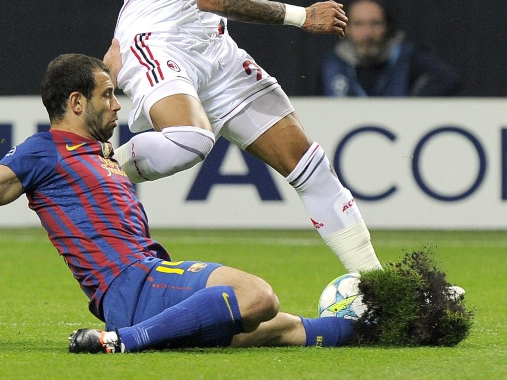Dividida entre Mascherano e Prince Kevin Boateng arranca grama do campo do estádio San Siro