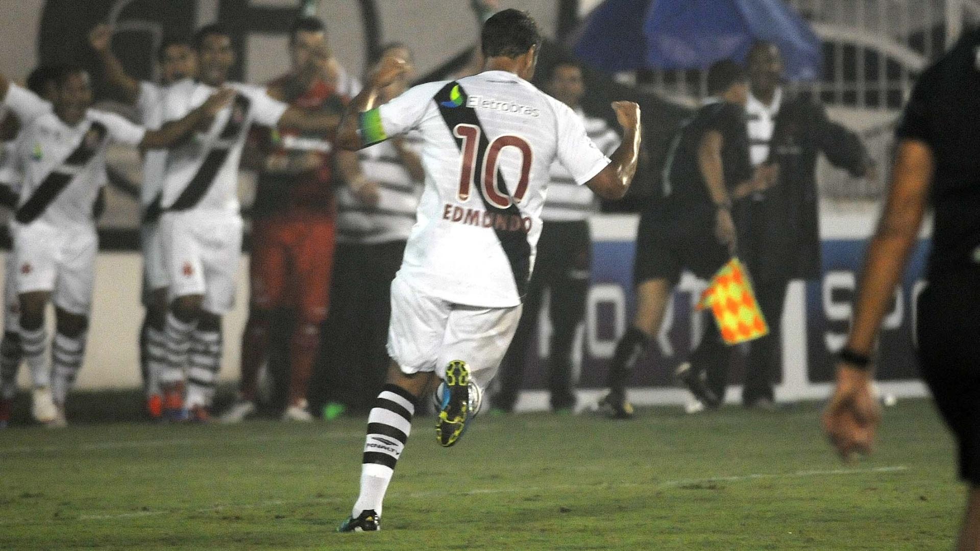 Edmundo comemora após marcar seu primeiro gol na partida de despedida pelo Vasco, contra o Barcelona (EQU)