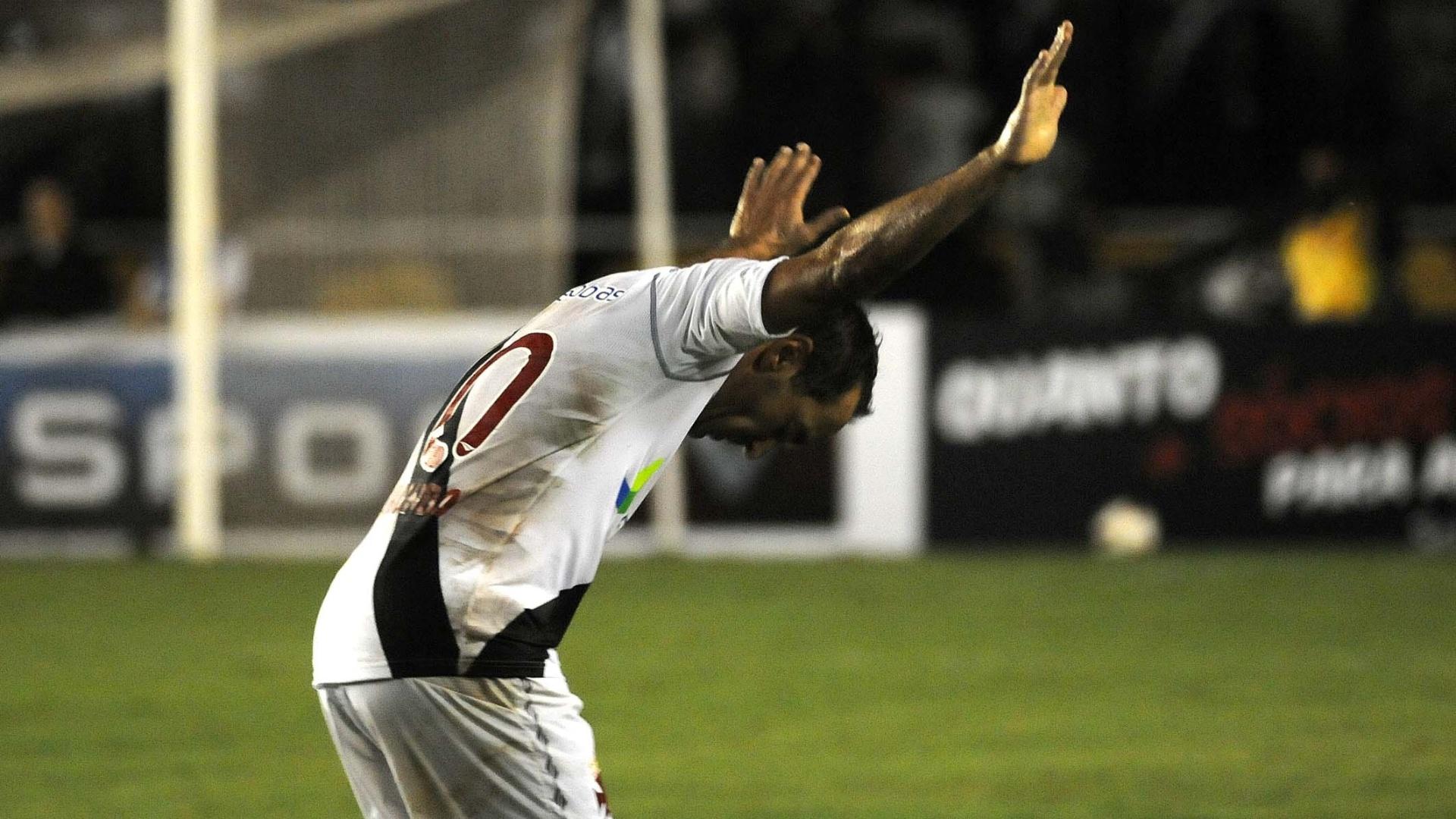 Edmundo comemora depois de marcar no jogo de despedida pelo Vasco, contra o Barcelona (EQU)