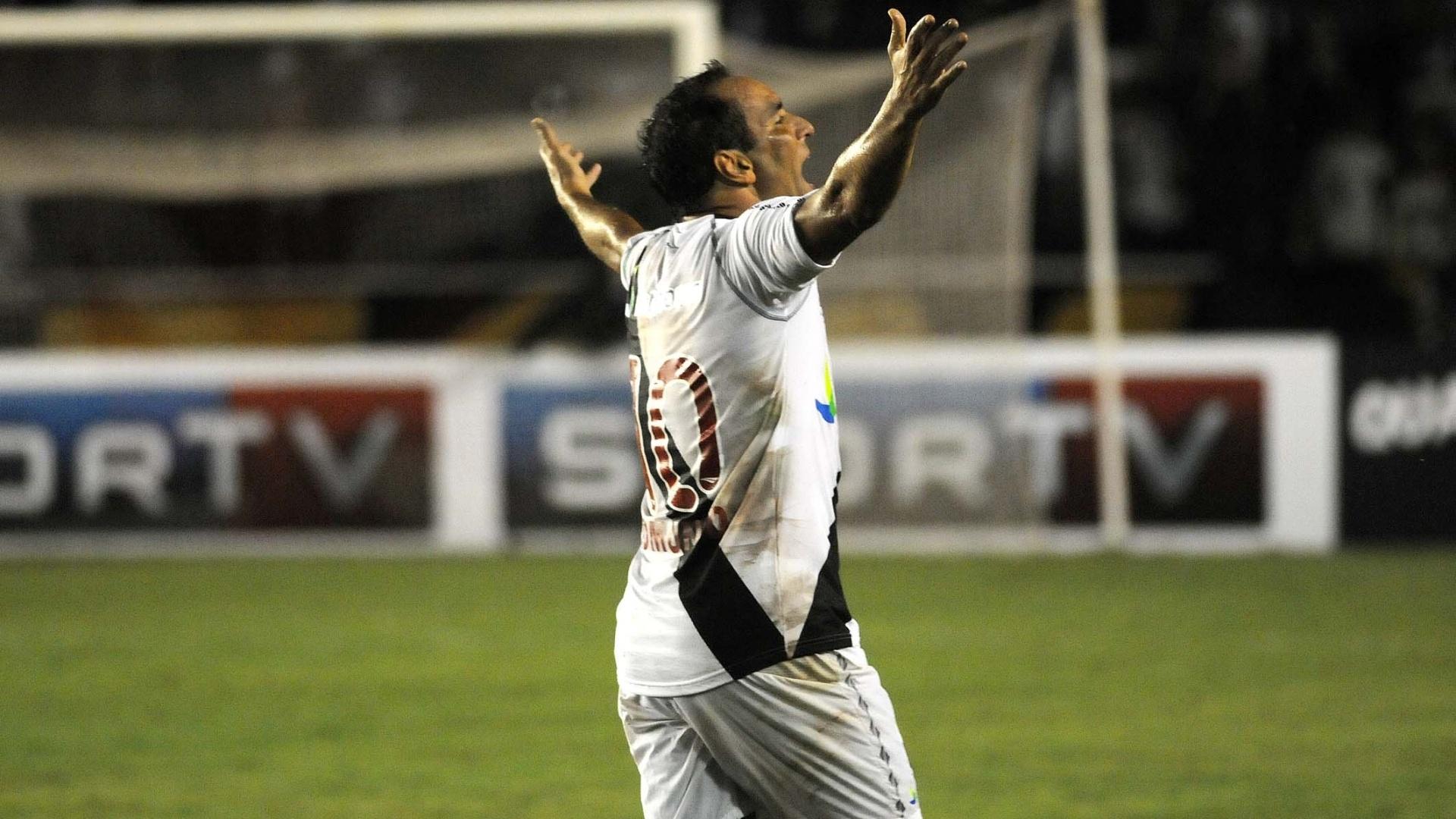 Edmundo comemora depois de marcar no jogo de despedida pelo Vasco, contra o Barcelona (EQU), em São Januário