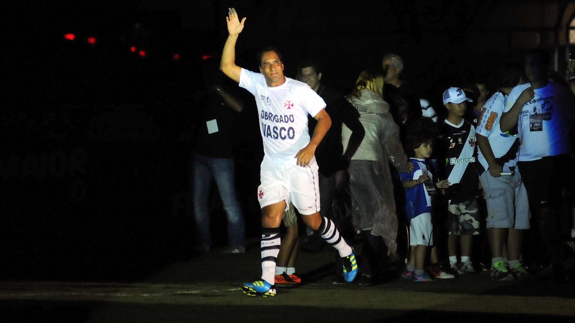 Edmundo entra em campo para partida de despedida pelo Vasco, contra o Barcelona (EQU), em São Januário