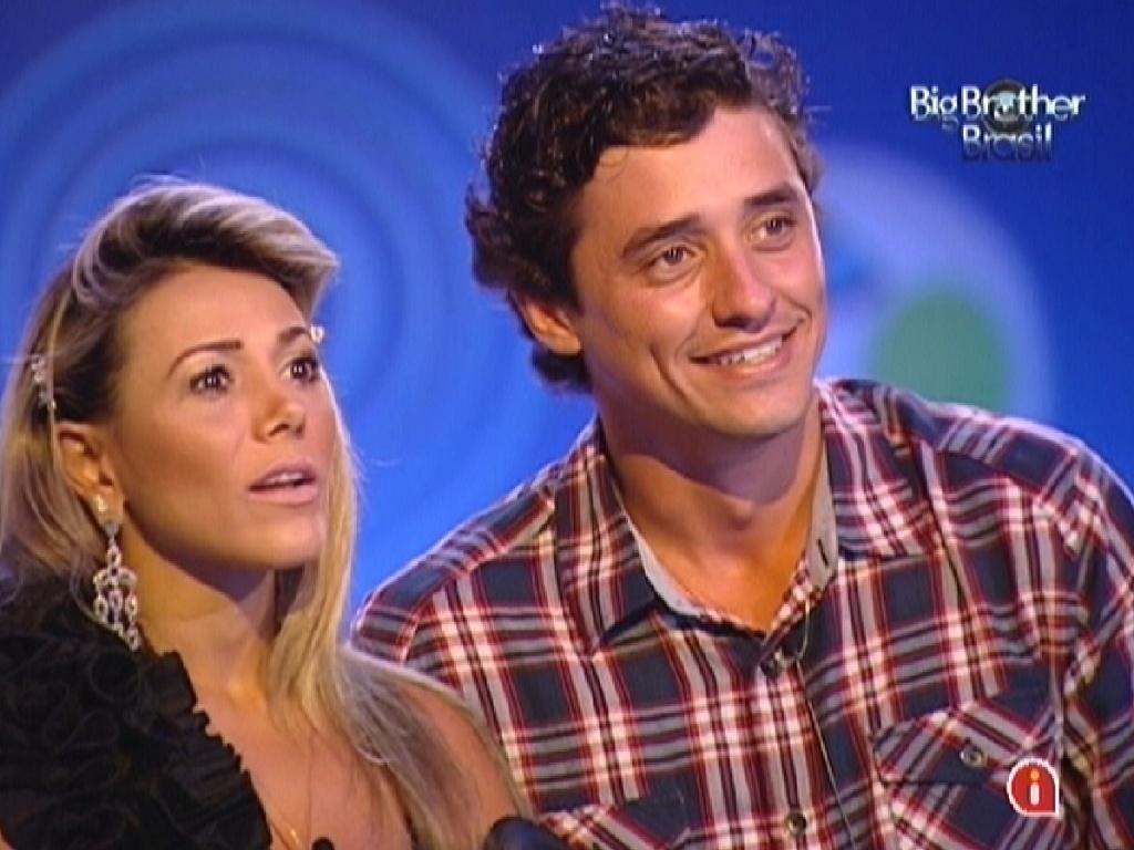 Fabiana e Fael assistem cenas do