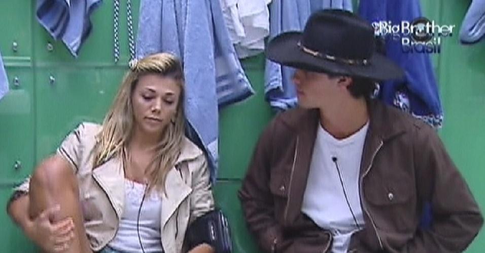 Fabiana e Fael conversam no banheiro da casa (28/3/12)