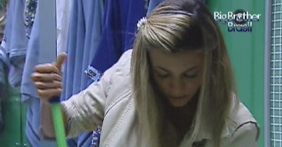 Fabiana limpa o banheiro nesta quarta-feira (28)
