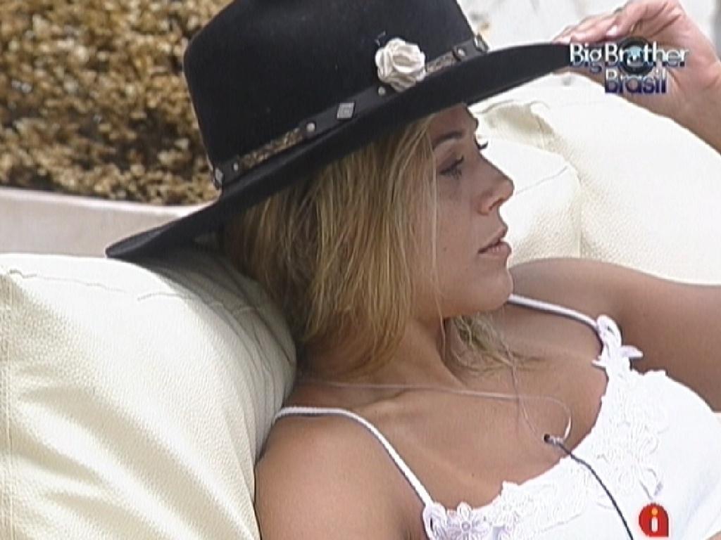 Fabiana usa chapéu de Fael (28/3/12)