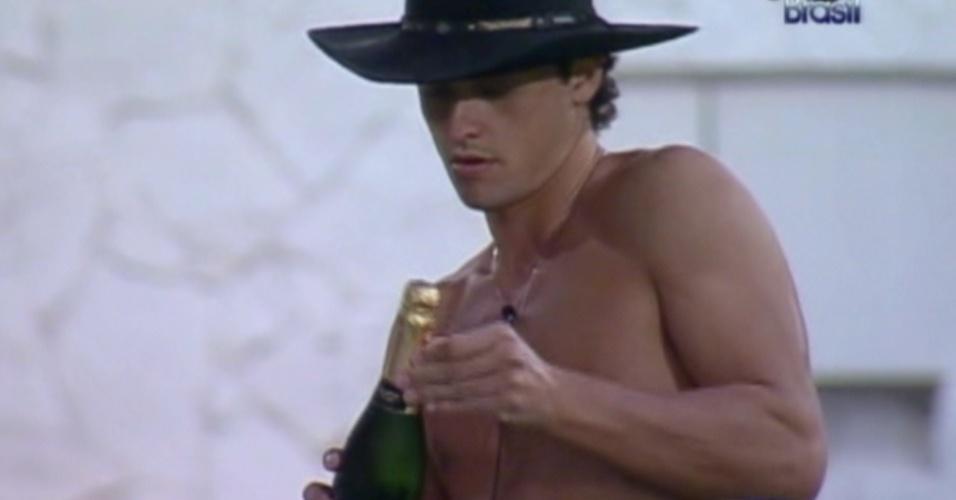 Fael abre champagne no jardim (28/3/12)