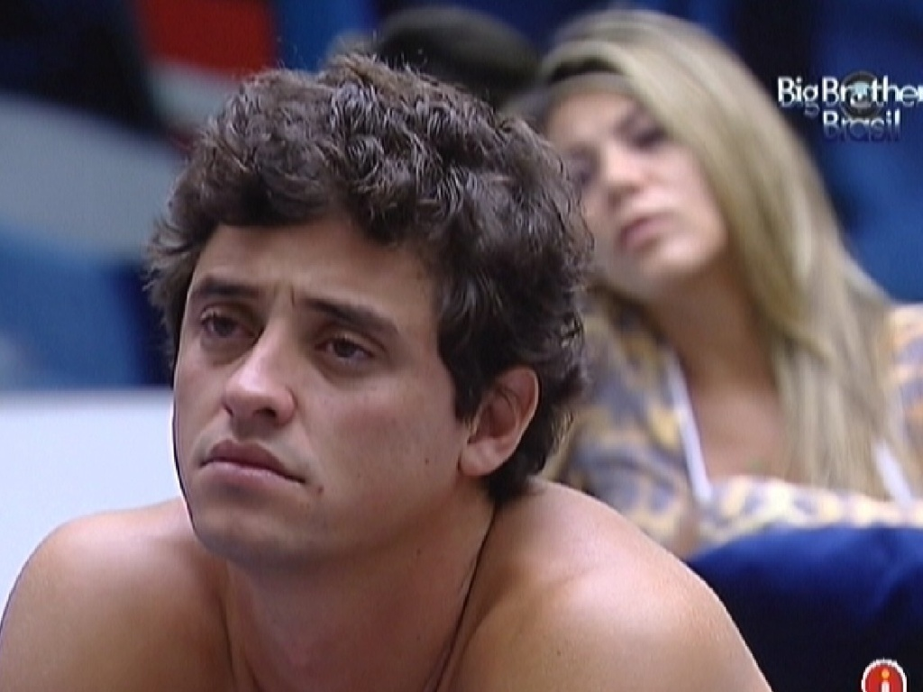 Fael e Fabiana assistem videoclipes na sala ao acordar (28/3/12)
