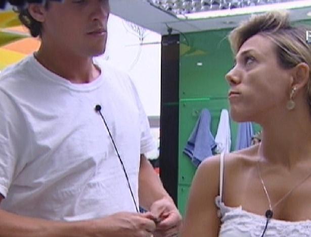 Fael e Fabiana conversam no banheiro (28/3/12)
