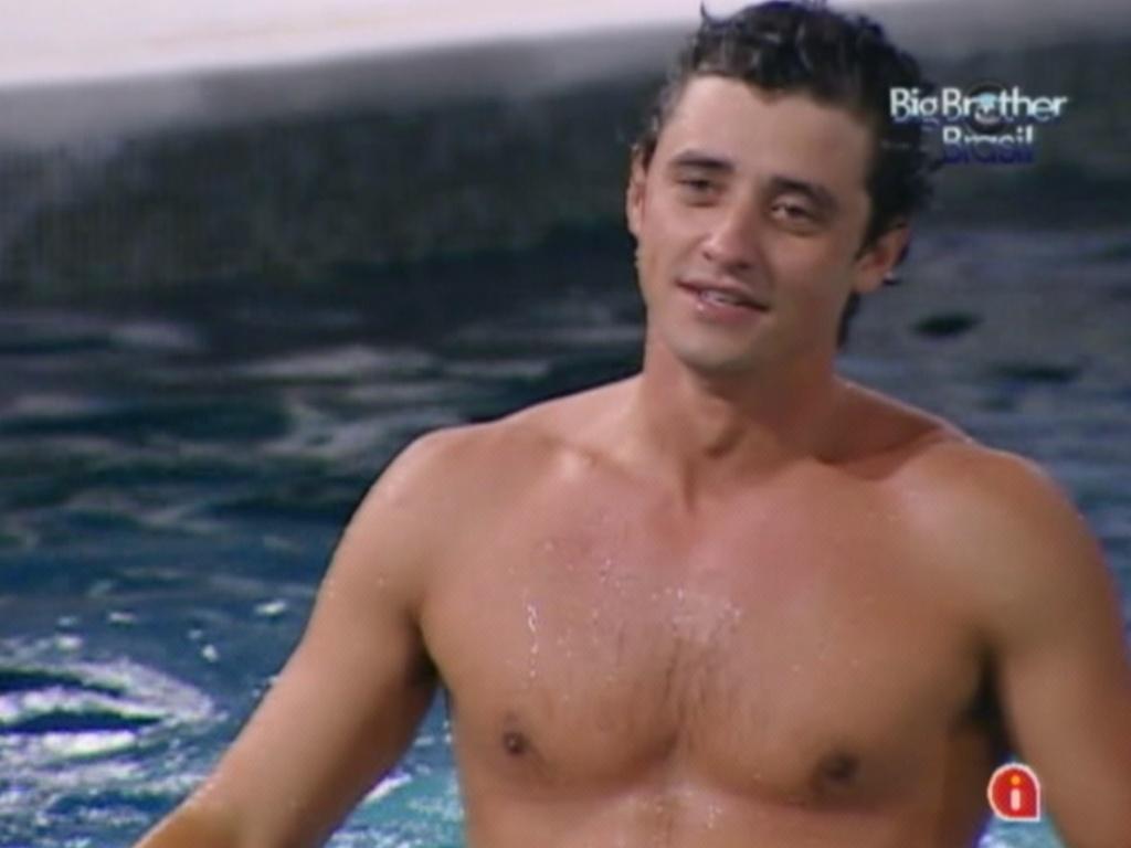 Fael pulou na piscina para comemorar vitória no último paredão (27/3/12)