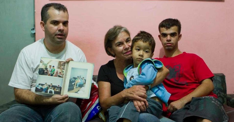 Familiares mostram fotos de Rodrigo de Gasperi, torcedor do Corinthians morto em confronto contra são-paulinos em 1992 durante uma partida válida pela Copa São Paulo de Futebol Júnior