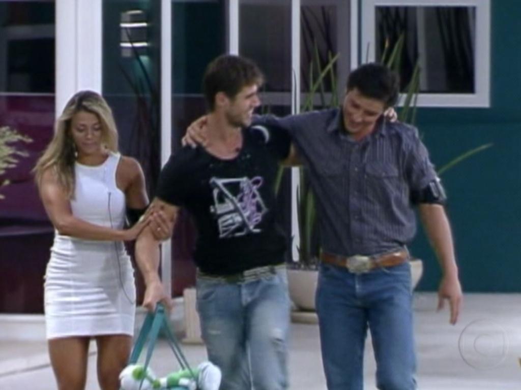 Finalistas, Fael e Fabiana acompanharam Jonas até a porta (27/3/12)