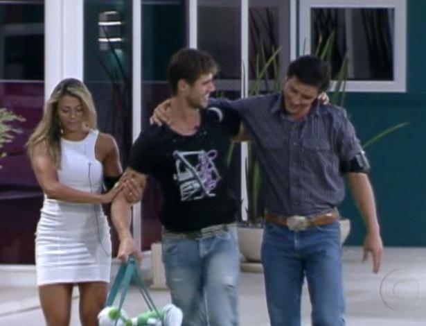 Fabaina e Fael acompanham Jonas (centro) depois que foi anunciada a eliminação do modelo