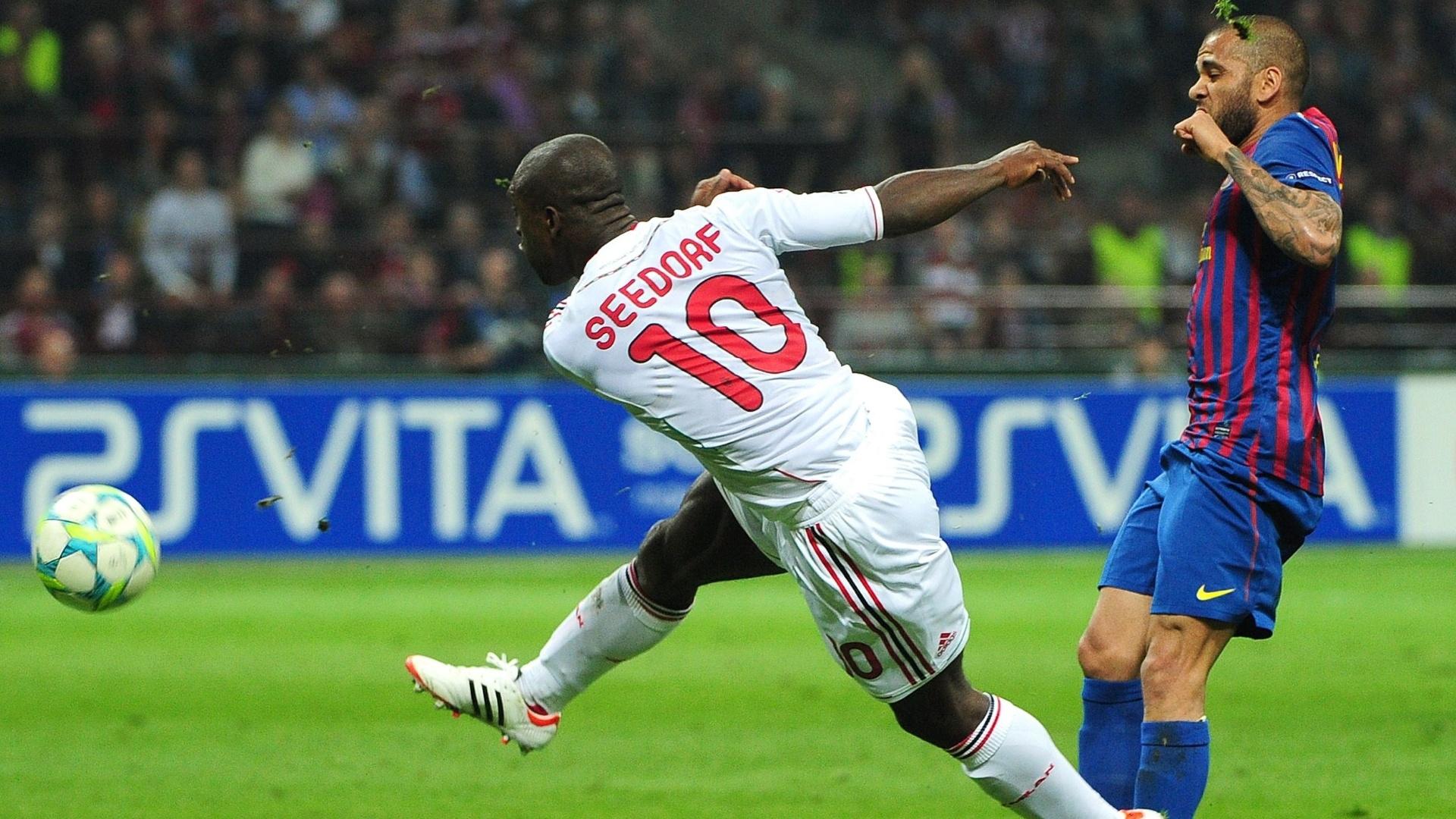 Holandês Seedorf arrisca chute de fora da área durante partida do Milan contra o Barcelona
