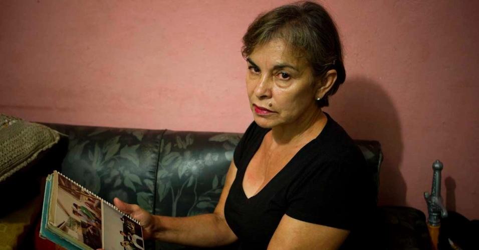 Ivone de Gasperi, mãe de Rodrigo de Gasperi, torcedor morto em 1992 mostra fotos do filho