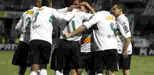 Jogadores do Coritiba comemoram gol de Roberto, na vitória por 1 a 0 sobre o Londrina - Divulgação/Coritiba
