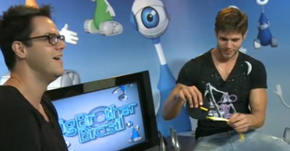 Jonas (dir.) ganha fita métrica de Vinícius Valverde (esq.) que tira sarro do vídeo íntimo do modelo que circulou pela internet (27/3/12)