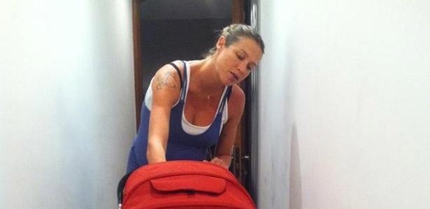 Luana Piovani volta para casa após dar à luz a seu primeiro filho, Dom, fruto do relacionamento com o surfista Pedro Scooby.