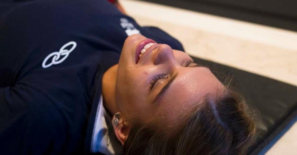 Luiza Almeida, do adestramento, exausta, descansa durante seu treino de boxe