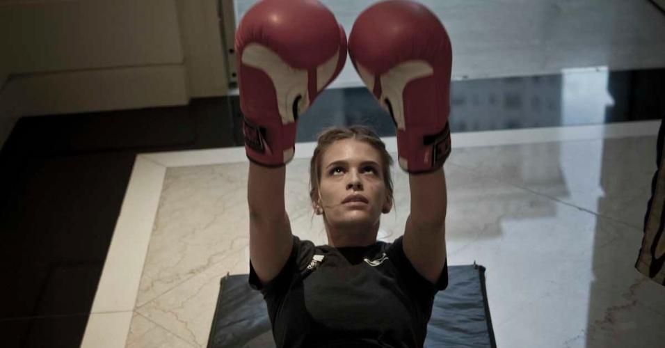 Luiza Almeida faz exercícios abdominais para manter a forma; a bela defende a caipirinha original, feita com pinga