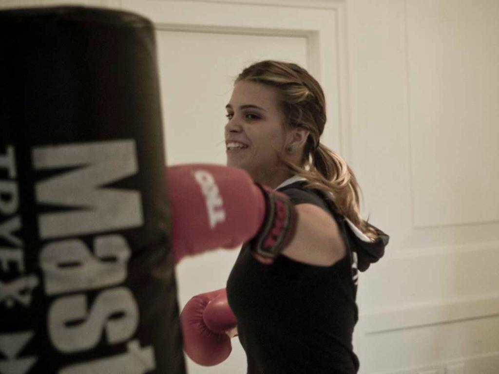 Luiza Almeida golpeia o saco de areia durante seu treino de boxe; atleta do hipismo, a musa vai à segunda Olimpíada