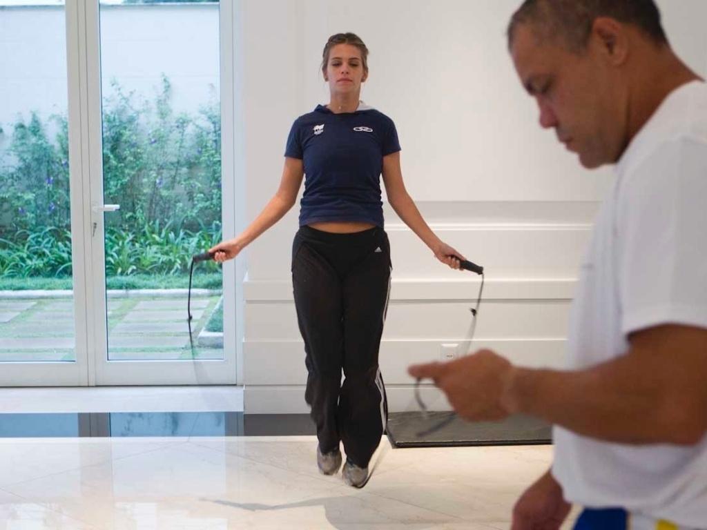 Luiza Almeida pula corda no aquecimento do treino de boxe, que ela faz para manter a forma