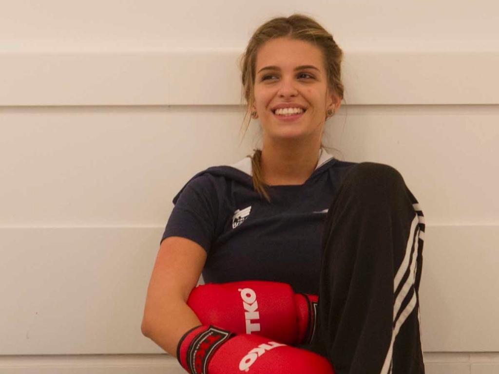 Luiza Almeida, representante do hipismo brasileiro na Olimpíada, descansa após um treino de boxe