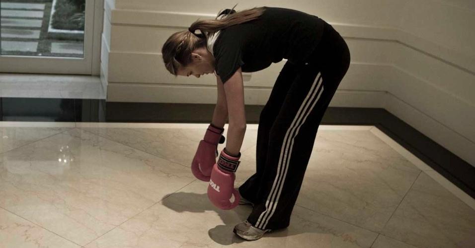 Luiza Almeida se alonga durante um treino de boxe, que ela faz para manter a forma