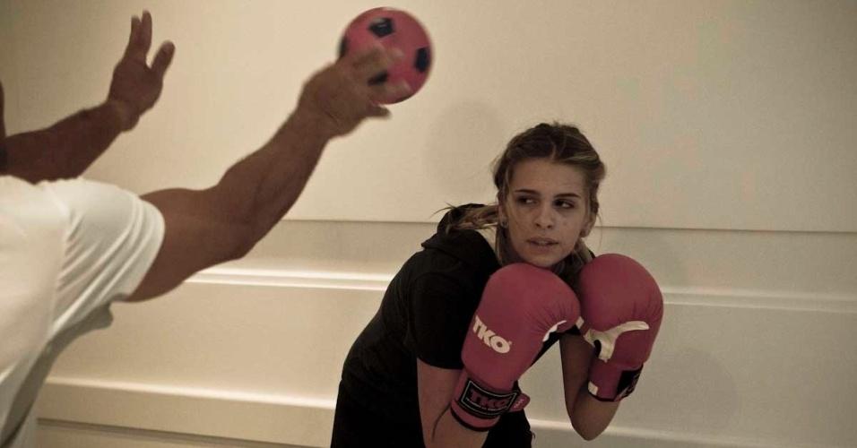 Luiza Almeida trabalha o movimento da esquiva durante o treino de boxe que ela faz para manter a forma