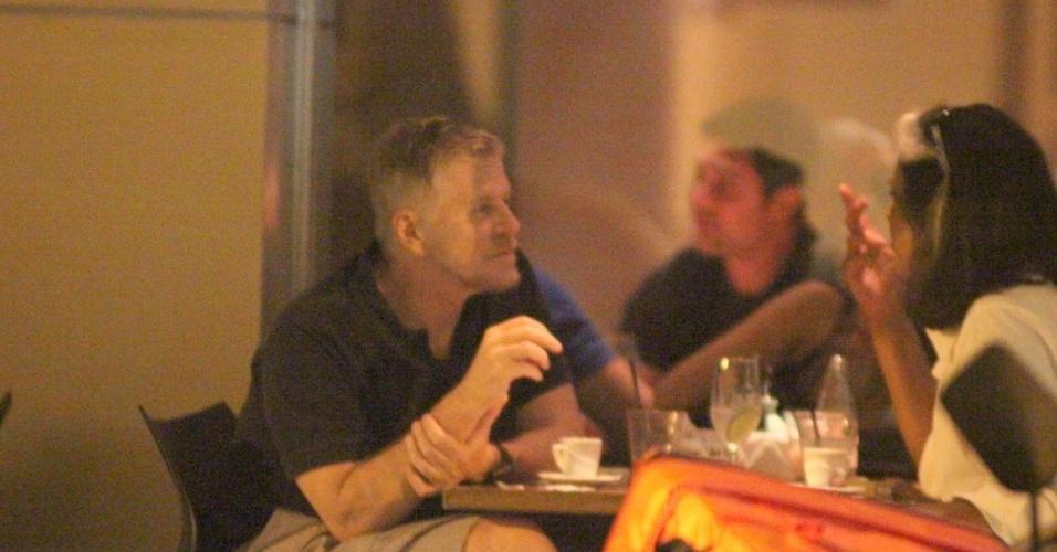 Miguel Falabella janta em restaurante japonês na zona sul do Rio (27/3/12)