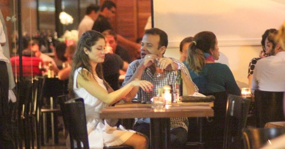 Os ex-BBBs Maria e Daniel jantam em restaurante no Leblon, na zona sul do Rio (27/3/12)
